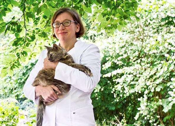 Dr Altenhoefer mit Katze auf dem Arm
